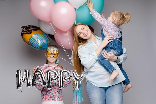 幸せな家族が誕生日パーティーを祝っている間ポーズ