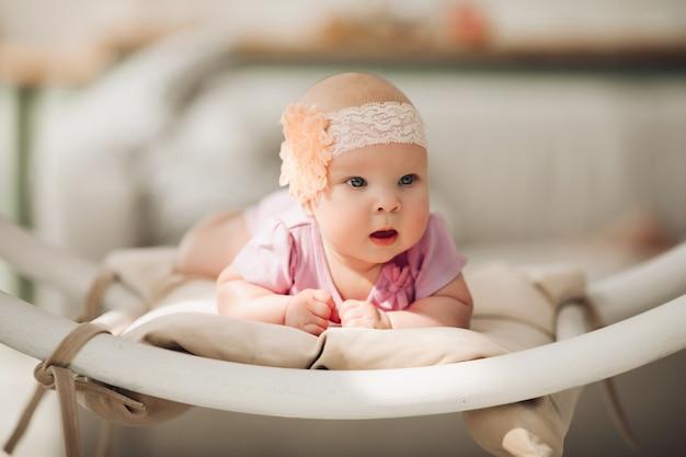 かわいいピンクの服を着ているかわいい女の子