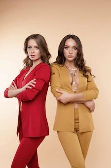 Вид спереди двух сексуальных моделей со сложенными руками позирует
