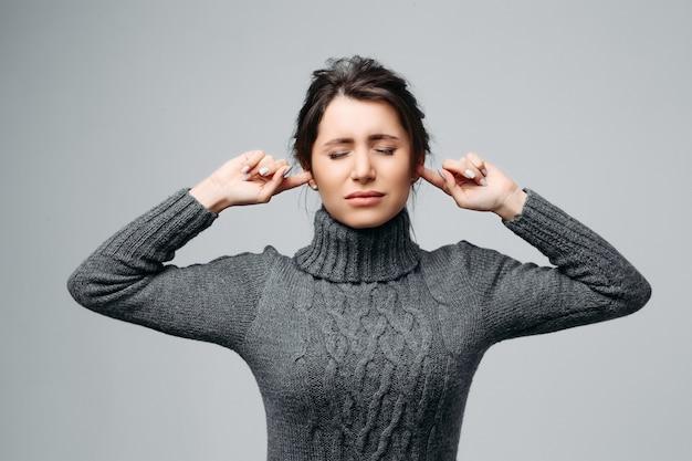 Подчеркнутая женщина, испытывающая отрицательные эмоции