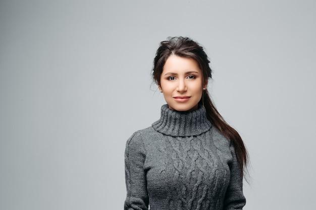 Очаровательная молодая женщина с милой улыбкой