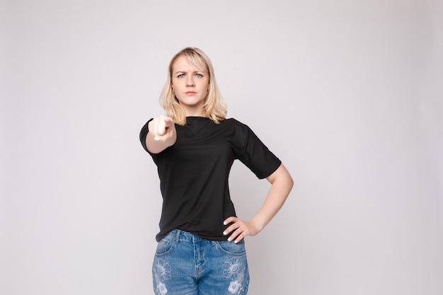 Уверенно молодая красивая женщина показывая вручную строгий смотря изолированный представлять камеры