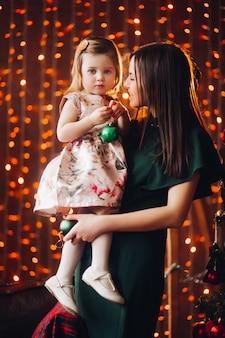 素敵な小さな女の赤ちゃんの美しい女性