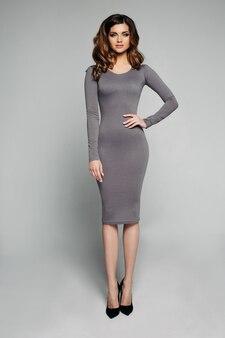 スキニーグレードレスのスリムなモデル