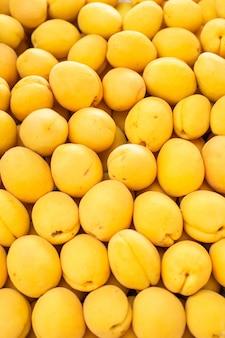 Свежие спелые абрикосы