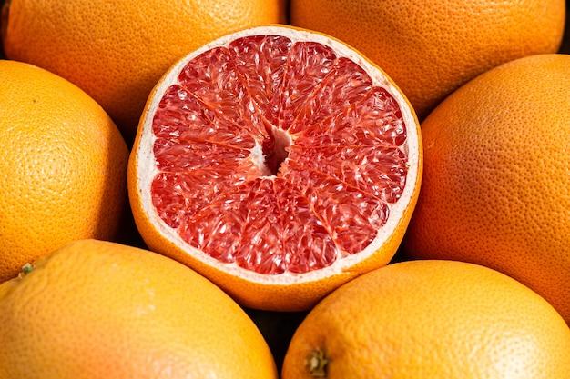 市場で販売する準備ができているグレープフルーツのグループ