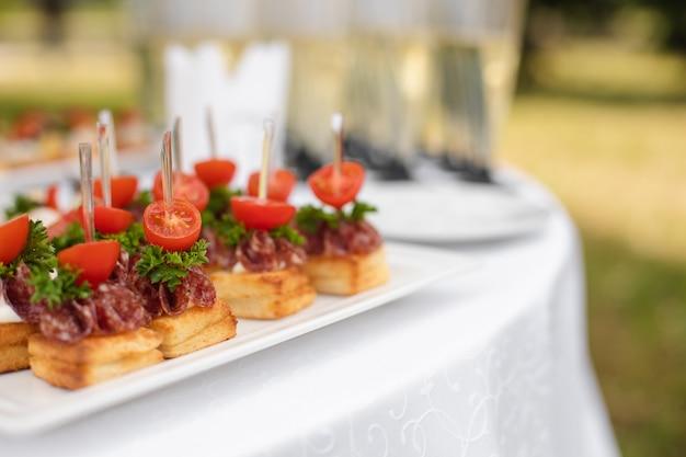結婚披露宴で白い皿においしいトーストを添えて。