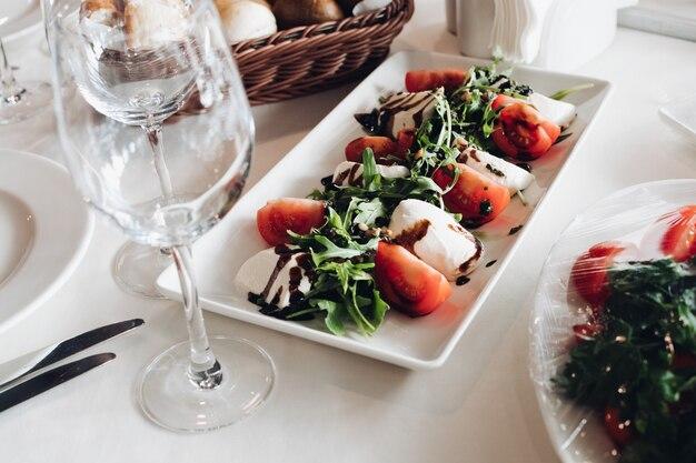 新鮮な野菜と緑のマスカルポーネのクローズアップ。バルサミコソースをトッピング。