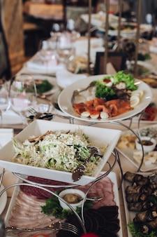 結婚式での完全な宴会テーブル。結婚式の祝宴。