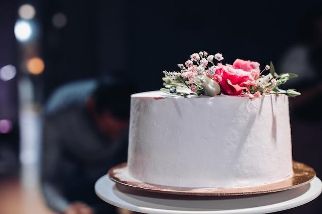 花で飾られた美しいウェディングケーキ。