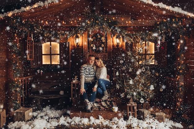 ロマンチックなカップルのクリスマスの肖像画