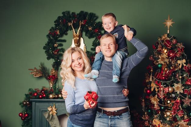 幸せな新年の写真撮り幸せな家族