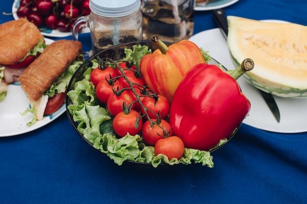 野菜、果物、サンドイッチの上からの眺め