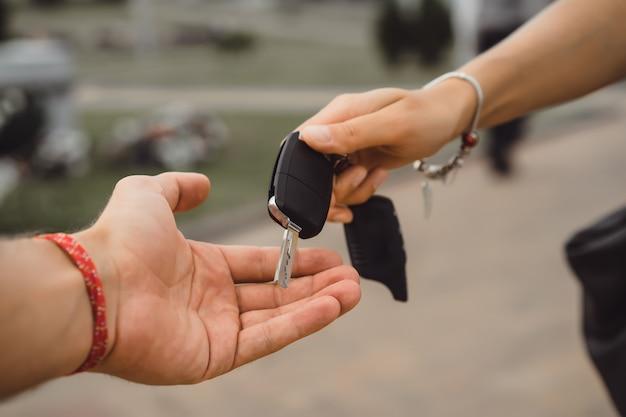 手から手に機械のキーを渡す