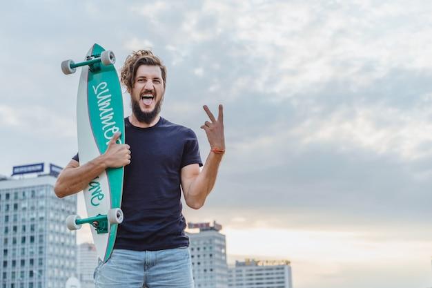 スケートボードを持つ男