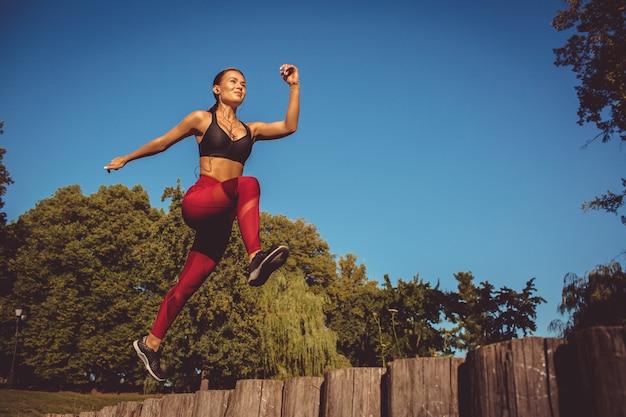 Девушка делает упражнения в парке