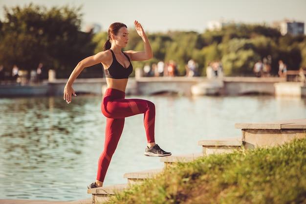 公園で運動をする少女