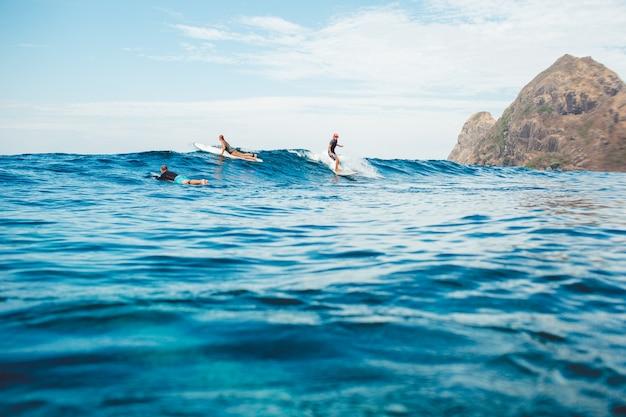 海でサーファー