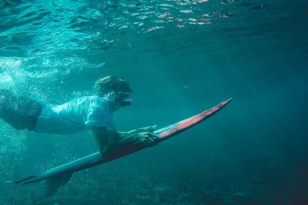 海の中のサーファー