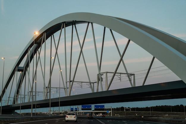 道路に沈む夕日橋。
