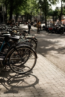 路上で自転車。アムステルダム。