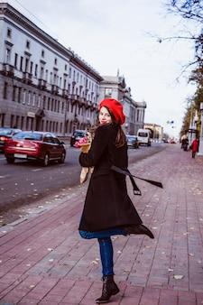 Французская женщина с багетом на улице в берете