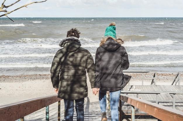 Молодая пара холодного балтийского моря