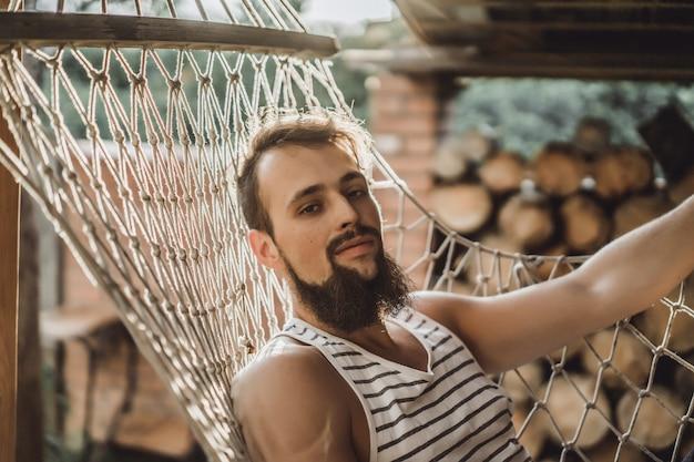 ひげをつけた男、笑い、休息