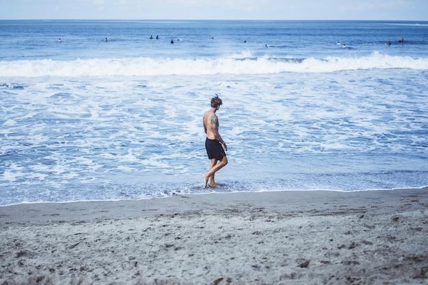 海岸沿いに走っている海岸の男