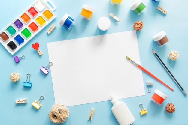 Красочные стационарные школьные принадлежности на синем фоне трендов