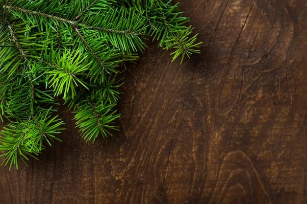 Предпосылка зеленой ели хворостины старая деревянная. вид сверху.