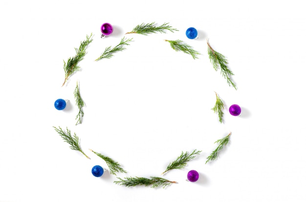 Рождественский фон синие и сиреневые шары, еловые ветки на белом фоне. рождество, зима, новый год концепция.