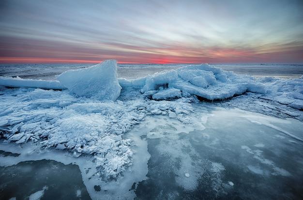 氷で凍った冬の日の出海を抽象化し、空を着色