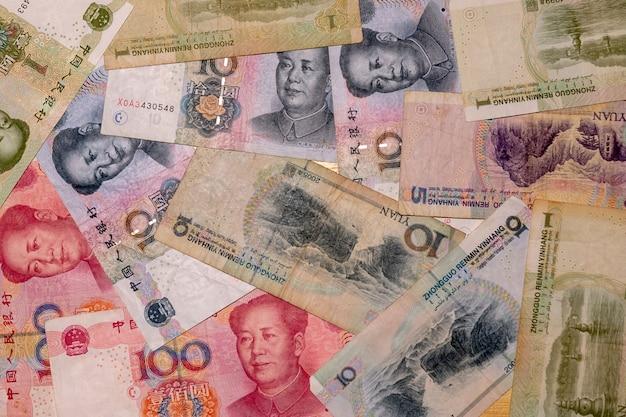 元ノートのクローズアップ。中国のお金は背景です