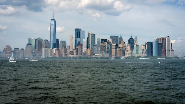 ハドソン川の対岸から見たマンハッタンのミッドタウンのスカイラインと近代的なオフィスビル。