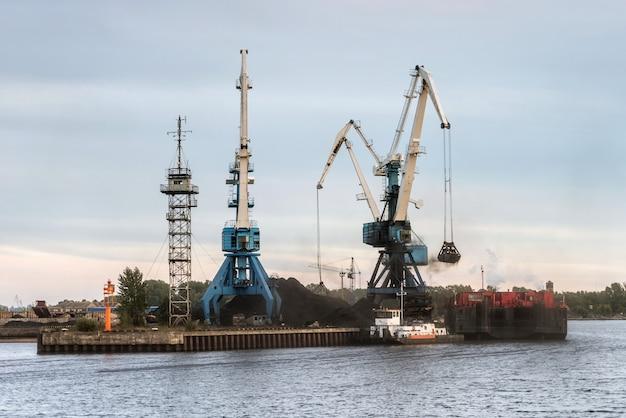 コンテナ船への石炭積み替え