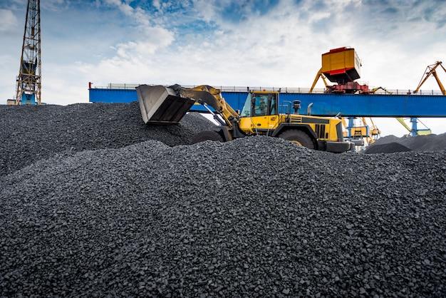 港の石炭積み替えターミナルで働く