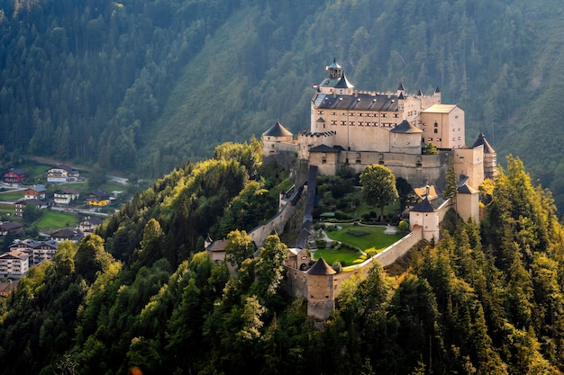 ホーエンヴェルフェン城とオーストリアのヴェルフェンでザルツァッハ渓谷の上の要塞