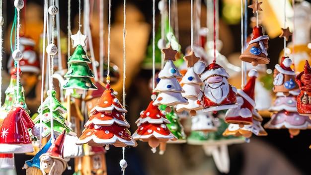 Рождественские украшения из керамики на рождественской ярмарке в риге, латвия