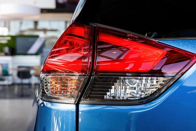 現代の車の後部ライトのクローズアップ。外観の詳細。