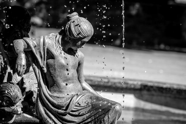 若い女性の彫刻の噴水。