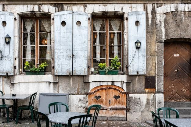 ジュネーブの旧市街の古い建物の屋外カフェ