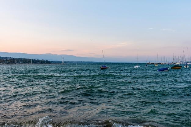 日没後のジュネーブ市とジュネーブ湖港の眺め