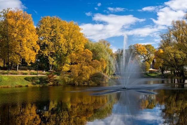 Валмиера. латвия. городской пейзаж осени с прудом и фонтаном.