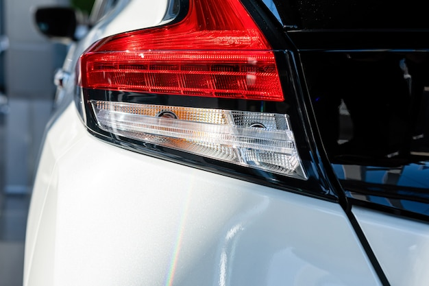 Крупный план заднего света современного автомобиля. внешние детали.