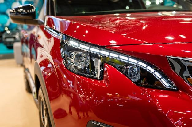 Крупный план переднего света современного автомобиля. внешние детали.