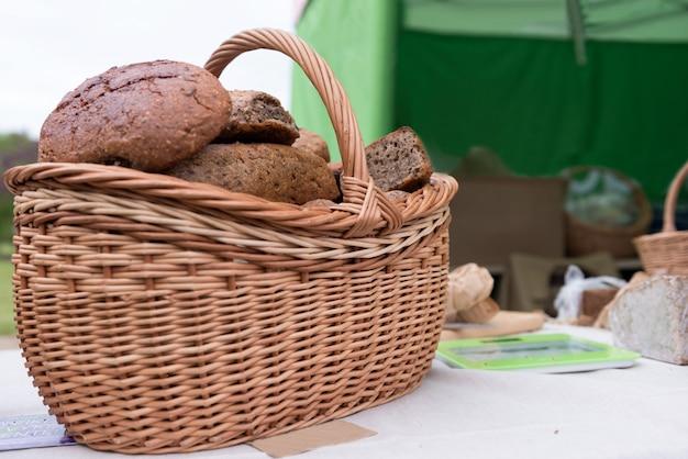 Продовольственная фотография крупным планом. плетеная корзина с хлебом.