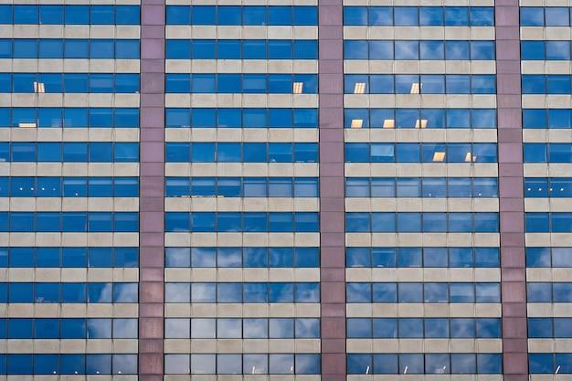 窓、建築とガラスのオフィスビルのファサード