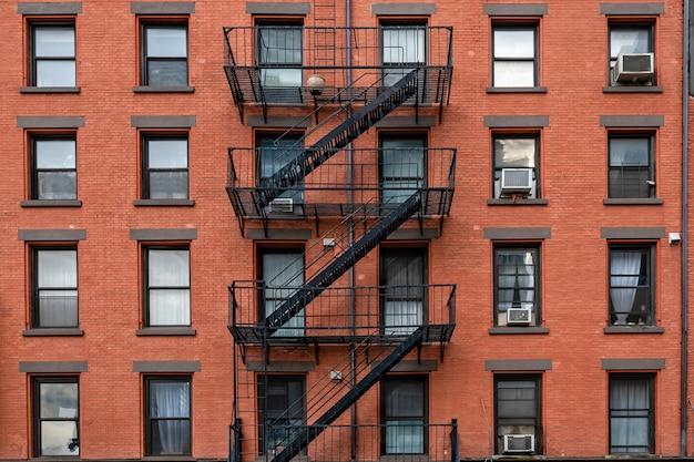 ニューヨーク市の火階段のある古代のレンガ造りの建物