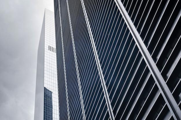 ニューヨーク市の金融街の高層ビルの低角度のビュー